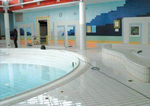 Une piscine rendu anti-glissante grâce au produit Belzona.