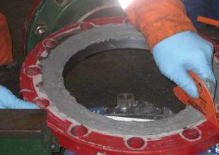 Nous voyons ici l'application du produit Belzona 1111 sur une pièce d'acier.