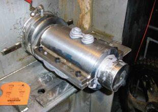 Nous voyons ici le début de l'application du produit Belzona 1111 sur une pièce métallique.