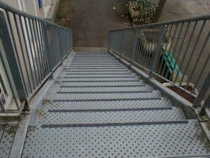 Cette escalier peut-être traité avec un produit anti-dérapant Belzona.